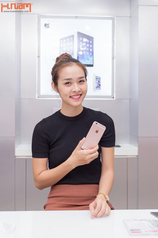 Hình ảnh người nổi tiếng đến Hnam Mobile mua sắm hình 15