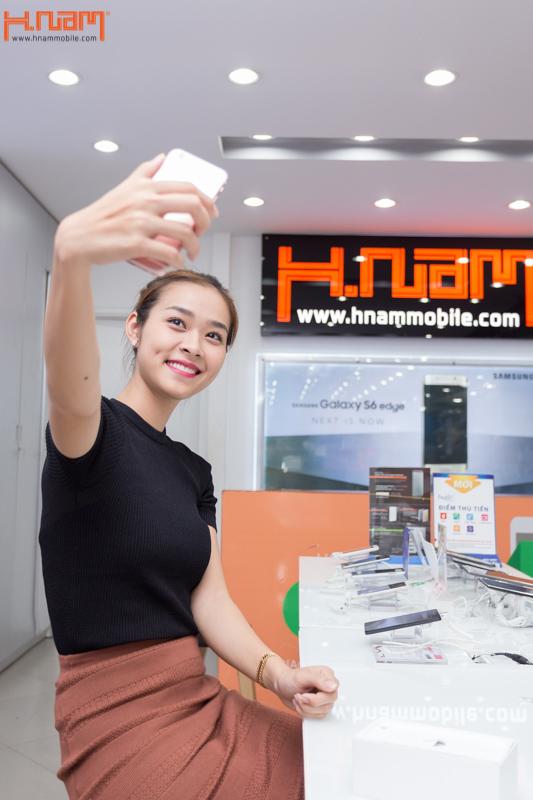 Hình ảnh người nổi tiếng đến Hnam Mobile mua sắm hình 16