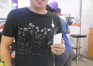 Hình ảnh các khách hàng đầu tiên mua iPhone 6 tại Hnam Mobile
