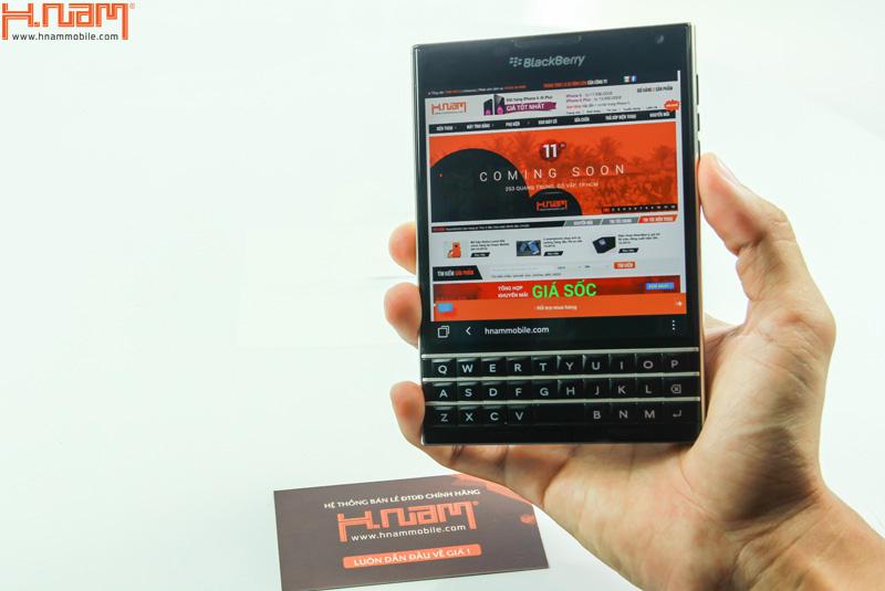 Trên tay Blackberry Passport mang thiết kế vuông lạ mắt.